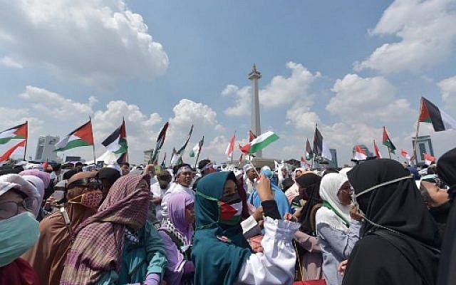 Des musulmans d'Indonésie manifestent contre le transfert de l'ambassade américaine à Jérusalem, à Jakarta, le 11 mai 2018. (Crédit : AFP / ADEK BERRY)