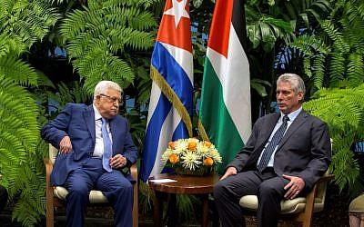 Le président palestinien Mahmoud Abbas, à gauche, et le président cubain Miguel Diaz-Canel au palais de la révolution de la Havane, à Cuba, le 11 mai 2018 (Crédit : / AFP PHOTO / POOL / Desmond Boylan)