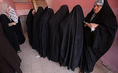 Des Irakiennes font la queue à un bureau de vote du district Wadi Hajar à Mossoul, le 12 mai 2018, encore partiellement en ruines après le combat qui duré des mois pour vaincre l'Etat islamique (EI) (Crédit :  AFP PHOTO / AHMAD AL-RUBAYE)