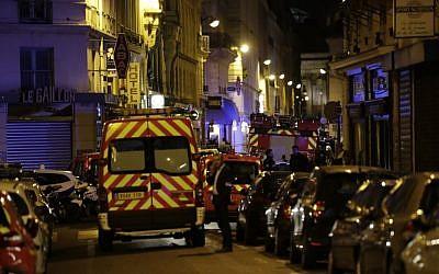 Les pompiers bloquent la rue Saint-Augustin à Paris suite à la mort d'une personne lors d'un attentat au couteau qui a également fait plusieurs blessés à Paris, le 12 mai 2018 (Crédit :  / AFP PHOTO / Thomas SAMSON)