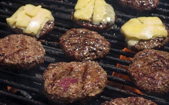 """Illustration : Des hamburgers écologiques grillés au  Farmer's Market de Washington, le 15 août 2013 ( / AFP PHOTO / Paul J. RICHARDS / )"""""""