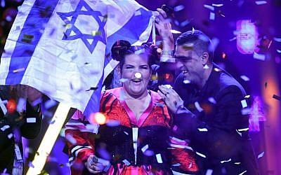 Netta Barzilai après avoir remporté la finale de la 63e édition de l'Eurovision Song Contest 2018 à l'Arena Altice de Lisbonne, le 12 mai 2018. (Crédit : AFP / Francisco LEONG)
