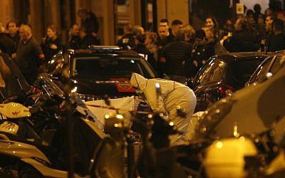 Un membre de l''équipe médico-légale inspecte le périmètre de la rue Monsigny, dans le cente de Paris, où a eu lieu une attaque qui a fait un mort et plusieurs blessés par un homme armé d'un couteau, qui a été abattu par la police, le 12 mai 2018 (Crédit :   / AFP PHOTO / GEOFFROY VAN DER HASSELT)