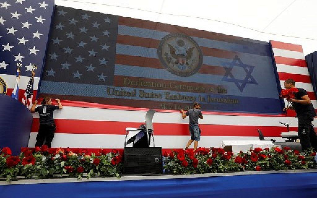Le personnel de l'ambassade prépare l'inauguration de l'ambassade américaine à Jérusalem, le 14 mai 2018. (Crédit : AFP/ Menahem KAHANA)