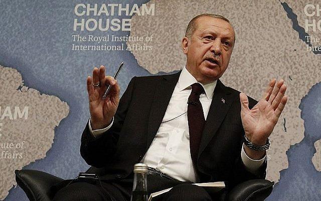 Le président turc Recep Tayyip Erdogan répond aux questions après avoir prononcé un discours à Chatham house à Londres, le 14 mai 2018 (Crédit :  AFP Photo/Adrian Dennis)