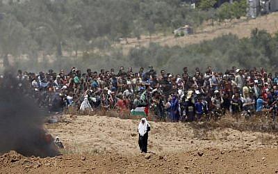 Des manifestants palestiniens se rassemblent le long de la barrière frontalière avec Israël, le 14 mai 2018 (JACK GUEZ / AFP)