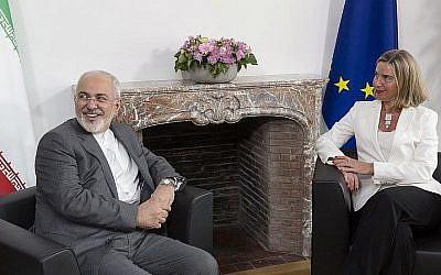 Le ministre des Affaires étrangères iranien Mohammad Javad Zarif avec la cheffe de la diplomatie européenne Federica Mogherini discutent de l'accord du nucléaire iranien, dans les quartiers généraux de l'UE, à Bruxelles, le 15 mi 2018. (Crédit: AFP / POOL / Thierry Monasse)