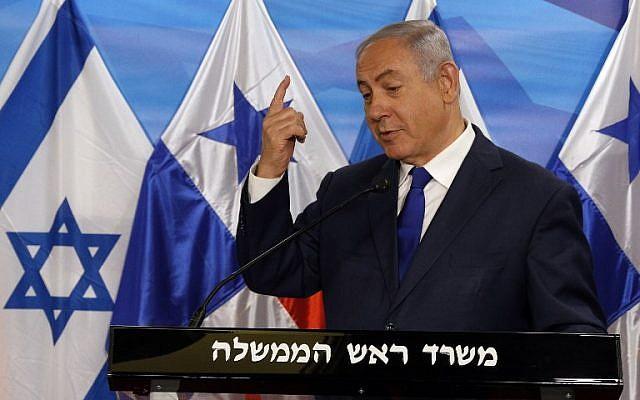 Le Premier ministre Benjamin Netanyahu s'exprime en accueillant le président panaméen Juan Carlos Varela au bureau du Premier ministre à Jérusalem le 17 mai 2018. (AFP Photo/Pool/Gali Tibbon)