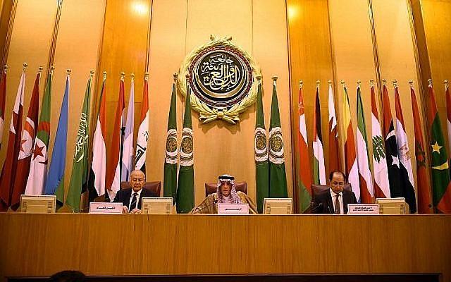 Le ministre saoudien des affaires étrangères  Adel al-Jubeir, au centre, et le secrétaire-général de la Ligue arabe Ahmed Aboul Gheit, à gauche, lors d'une rencontre des ministres des affaires étrangères de la Ligue arabe; dans la capitale égyptienne du Caire, le 17 mai 2018 (Crédit :  AFP Photo/Mohamed El-Shahed)