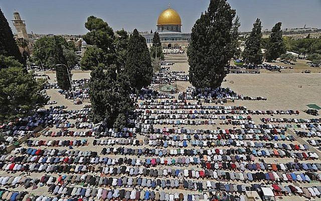 Les fidèles musulmans prient à proximité du Dôme du rocher et de la mosquée Al-Aqsa sur le mont du Temple de Jérusalem pendant les premières prières du vendredi du mois du Ramadan, le 18 mai 2018 (Crédit : AFP Photo/Ahmad Gharabli)