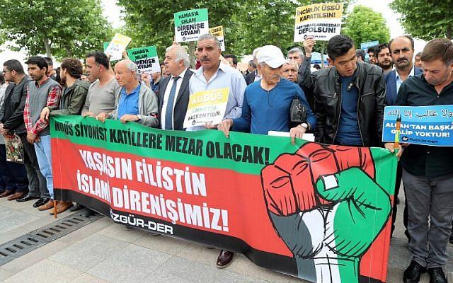 """Des manifestants tiennent une banderole indiquant """"Vive la résistance palestino-islamique"""" lors d'une protestation anti-israélienne le 18 mai 2018, devant la mosquée Hacibayram à Ankara. (Crédit : AFP/Adem Altan)"""