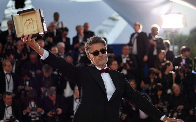 Le réalisateur polonais Pawel Pawlikowski pose avec son prix après avoir reçu le prix du meilleur réalisateur pour le film  'Cold War' à la 71ème édition du festival de Cannes, le 19 mai 2018 (Crédit :  AFP PHOTO / Loic VENANCE