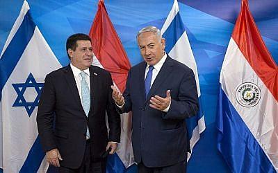 Le Premier ministre israélien Benjamin Netanyahu (à droite) rencontre le président du Paraguay Horacio Cartes au bureau du Premier ministre à Jérusalem le 21 mai 2018. (AFP/POOL/Sebastian Scheiner)