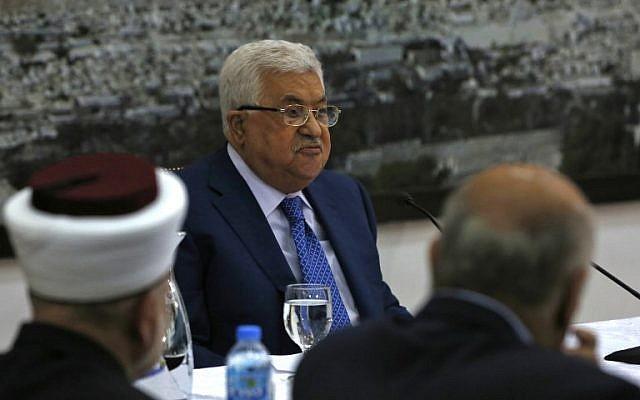 Le président de l'Autorité palestinienne Mahmoud Abbas s'adresse aux dirigeants palestiniens dans la ville de Ramallah, en Cisjordanie, le 14 mai 2018. (ABBAS MOMANI/AFP)