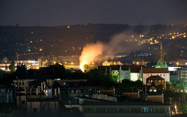Cette photo prise durant la nuit de 23 mai 2018 montre une explosion sur le site de  Dresden, à l'est de l'Allemagne, où une bombe de la Seconde guerre mondiale a été trouvée et désamorcée (Crédit : AFP PHOTO / dpa / Marco Klinger / Germany OUT)