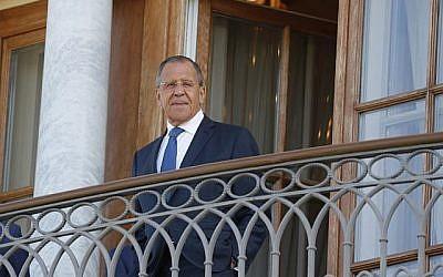 Le ministre russe des Affaires étrangères Sergei Lavrov se tient debout sur le balcon avant la rencontre du président Vladimir Poutine avec le président français Emmanuel Macron au Palais Konstantin à Strelna, près de Saint-Pétersbourg, le 24 mai 2018. (GRIGORY DUKOR/AFP)