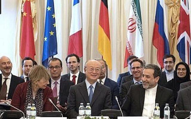 (De gauche à droite) La secrétaire générale du Service européen pour l'action extérieure (SEAE) Helga Schmid, la directrice générale de l'Agence internationale de l'énergie atomique AIEA Yukiya Amano et le député politique au ministère des Affaires étrangères de l'Iran Abbas Araghchi assistent à une réunion spéciale de la Commission mixte des parties au JCPOA (Joint Comprehensive Plan of Action) sur l'accord nucléaire iranien au palais de Coburg, à Vienne, en Autriche, le 25 mai 2018. (AFP Photo/Joe Klamar)