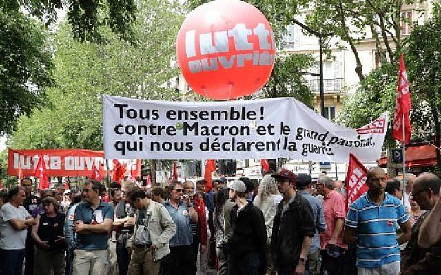 Manifestation anti-Macron organisée par des organisations politiques, associations et syndicats pour protester contre le président français et la politique du gouvernement, à Paris le 26 mai 2018. (Crédit : AFP / JACQUES DEMARTHON)