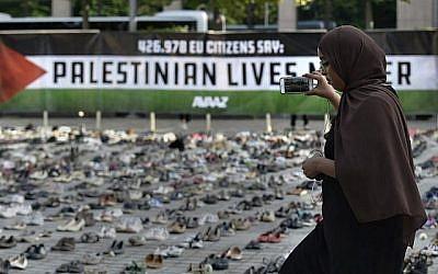 Une femme prend une photo d'une installation mise en place par une organisation civique mondiale, Avaaz, avant la réunion du Conseil de l'UE à Bruxelles le 28 mai 2018. (AFP PHOTO / JOHN THYS)