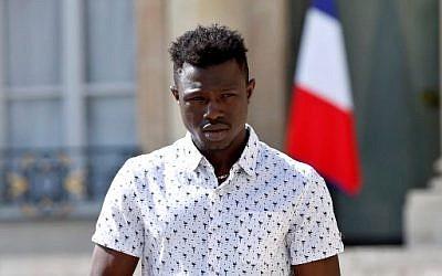 Mamoudou Gassama, un malien de 22 ans, quitte l'Elysée après avoir été félicité par le président Emmanuel Macron pour son acte d'héroïsme, le 28 mai 2018. (Crédit : Thibault Camus / POOL / AFP)