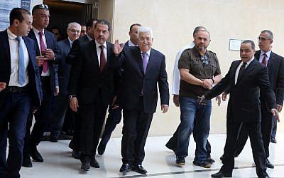 Le président de l'Autorité palestinienne Mahmoud Abbas quitte l'hôpital de Ramallah, en Cisjordanie, le 28 mai 2018. (Crédit : AFP PHOTO / ABBAS MOMANI)