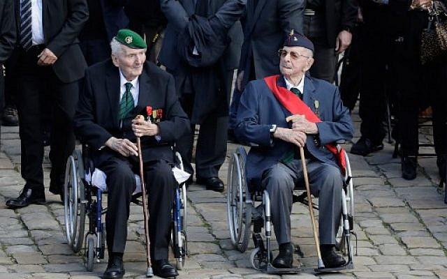 Yves De Daruvar, à droite, avec Hubert Germain, tous deux compagnions de la Libération, aux Invalides à Paris, le 22 septembre 2017. (Crédit  : AFP/ Thomas Samson)