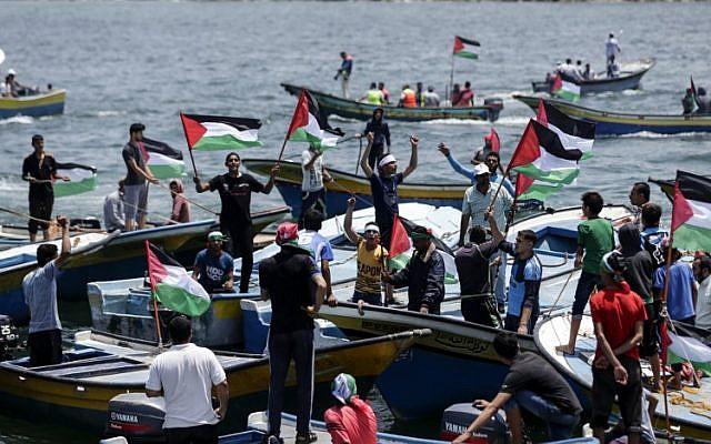 Une photo prise le 29 mai 2018 montre des bateaux de pêche transportant un groupe d'activistes palestiniens qui protestent contre le blocus naval d'Israël sur Gaza, s'apprêtant à quitter le port de la ville de Gaza. (AFP PHOTO / MAHMUD HAMS)