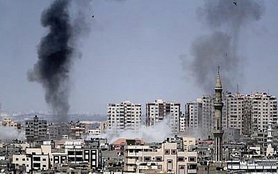 Une photo prise depuis la ville de Gaza le 29 mai 2018 montre une fumée s'échappant en arrière-plan à la suite d'une frappe aérienne israélienne sur l'enclave palestinienne. (AFP PHOTO / THOMAS COEX)