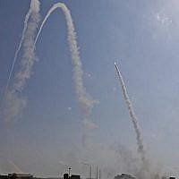 L'armée israélienne lance un missile du système du Dôme de fer pour intercepter une roquette de Gaza depuis une position dans la ville du sud israélien d'Ashkelon, le 29 mai 2018 (Crédit : AFP PHOTO / MENAHEM KAHANA)