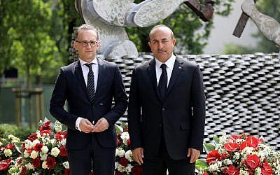 Le ministre des Affaires étrangères turc Mevlut Cavusoglu (gauche) et son homologue allemand Heiko Maas, à Solingen, à l'occasion du 25 anniversaire d'un incendie criminel contre la communauté turque, qui a fait 5 victimes, le 29 mai 2018. (Crédit : AFP / DPA / Oliver Berg / Germany OUT)
