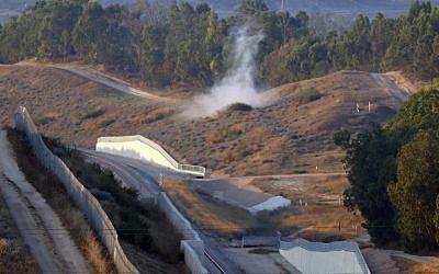 La fumée s'élève après le lancement d'un tir de mortier depuis la bande de Gaza qui s'est écrasé près d'un rail d'une ligne ferroviaire, à proximité de Sdérot, dans le sud d'Israël, le 29 mai 2018 (Crédit : AFP / Jack GUEZ)