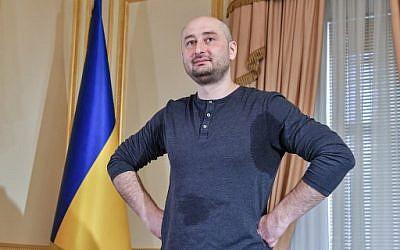 Le journaliste Arkady Babtchenko lors d'une conférence de presse, le  31 mai 2018, après avoir simulé sa propre mort. (Crédit : AFP / GENYA SAVILOV)