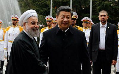 Le président iranien Hassan Rouhani shakes et son homologue chinois Xi Jinping à Téhéran, le 23 janvier 2016. (STR/AFP)