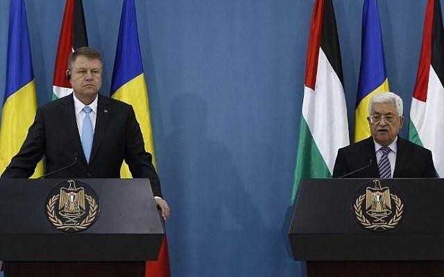 Le président de l'Autorité palestinienne Mahmoud Abbas, à droite, et le président roumain  Klaus Iohannis durant une conférence de presse conjointe dans la ville de Ramallah, en Cisjordanie, le 10 mars 2016 (Crédit : AFP/Abbas MomaniI)