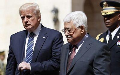 Le président américain Donald Trump (à gauche) est accueilli par le président de l'Autorité palestinienne Mahmoud Abbas au palais présidentiel dans la ville de Bethléem, en Cisjordanie, le 23 mai 2017. (Thomas Coex/AFP)