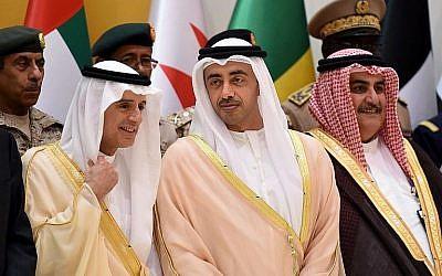 Le ministre saoudien des Affaires étrangères Adel al-Jubeir (à gauche) discute avec le ministre des Affaires étrangères des Emirats arabes unis, Abdullah ben Zayed Al-Nahyan (au centre), alors que Khalid bin Ahmed al-Khalifa (à droite) observe une rencontre de responsables officiels et de militaires de la coalition dirigée par l'Arabie saoudite, à Riyad, le 29 octobre 2017 (AFP Photo / Fayez Nureldine)