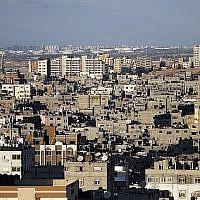 Une photo prise le 1er novembre 2017 montre une vue générale des constructions du centre-ville de Gaza et le port israélien d'Ashkelon en arrière-plan. (Crédit : AFP PHOTO / THOMAS COEX)