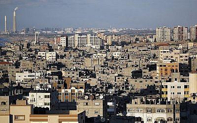 Une photo prise le 1er novembre 2017 montre une vue générale des constructions du centre-ville de Gaza et le port israélien d'Ashkelon en arrière-plan (Crédit :  AFP PHOTO / THOMAS COEX)