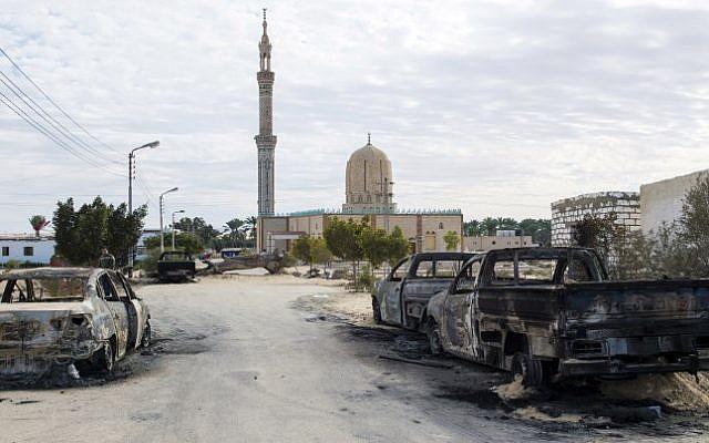 La mosquée Rawda, à 40 km de El-Arish, après un attentat le 25 novembre, 2017. (Crédit: AFP)
