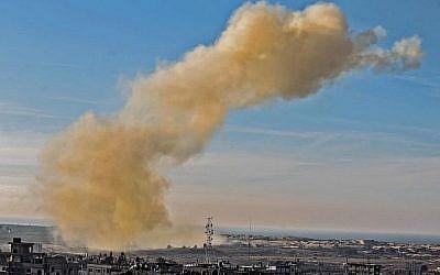 Une photo prise le 28 novembre 2017 depuis Rafah, dans le sud de la bande de Gaza, montre de la fumée qui s'élève à la suite d'une explosion près de la frontière du côté égyptien de la ville divisée. (AFP/SAID KHATIB)