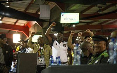 Les délégués du Congrès national africain saluent le discours de clôture de leur  président récemment élu Cyril Rampahosa, au dernier jour de la 54ème conférence de l'ANP à Johannesburg, le 20 décembre2017.  (Crédit : / AFP PHOTO / WIKUS DE WET)