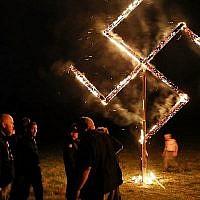 Des membres du Mouvement national-socialiste, l'un des plus grands groupes néo-nazis aux États-Unis, ont brandi une croix gammée après un rassemblement le 21 avril 2018 à Draketown, en Géorgie. (Spencer Platt / Getty Images / AFP)