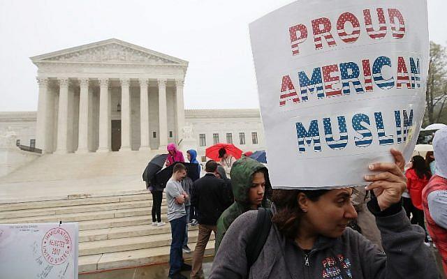 Des manifestants se rassemblent pour protester contre l'interdiction de voyager du président américain Donald Trump devant la Cour suprême des États-Unis, le 25 avril 2018 à Washington, DC. (Mark Wilson / Getty Images / AFP)
