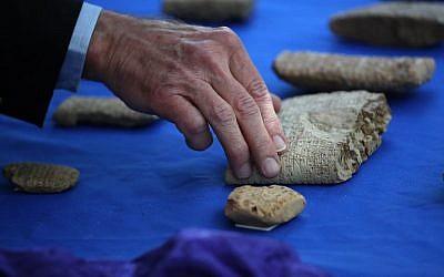 Des artefacts antiques illégalement importés aux Etats-unis, lors de la cérémonie de restitution à l'Irak, le 2 mai 2018. (Crédit : Win McNamee/Getty Images/AFP)
