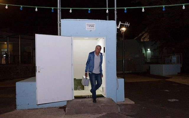 Un homme à l'entrée d'un abri anti-aérien du plateau du Golan, dans le nord d'Israël, le 8 mai 2018 (Basel Awidat / Flash90)