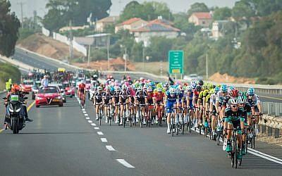 Les cyclistes durant la deuxième étape du Giro, à proximité de Beit Yanai, le 5 mai 2018 (Chen Leopold / Flash90)