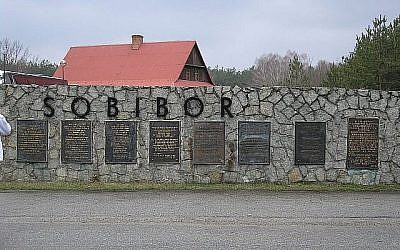 Des plaques signalétiques en huit langues, dont le russe, sur le site du camp de la mort de Sobibor en Pologne. (Flickr/Sgvb)