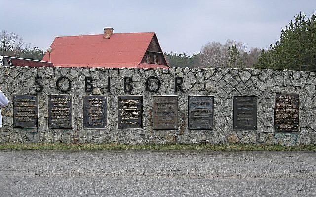 Des plaques signalétiques en huit langues, mais pas en russe, sur le site du camp de la mort de Sobibor en Pologne. (Flickr/Sgvb)