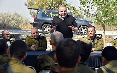 Le ministre de la Défense Avigdor Liberman,  debout, durant une tournée des forces israéliennes déployées aux abords de la bande de Gaza, le 18 mai 2018 (Crédit : Unité du porte-parole de l'armée israélienne)