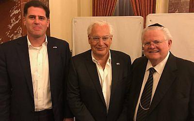 L'ambassadeur israélien aux Etats-Unis Ron Dermer, l'ambassadeur américain en Israël  David Friedman et le pasteur John Hagee, le 11 mai 2018 (Crédit : CUFI)